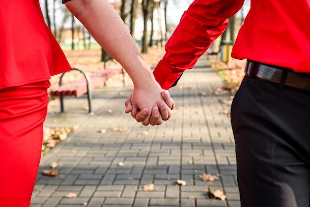 結婚指輪と新婚カップルの手