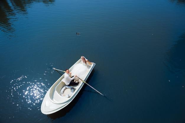 ボートに乗って新婚カップル