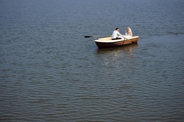 ボートの新婚カップル