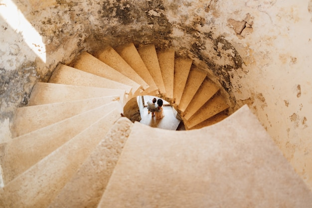고대 성곽의 나선형 계단을 통해 신혼 부부가 보입니다.