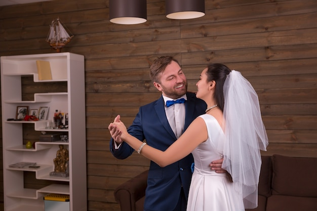 結婚式のダンスを踊る新婚カップル