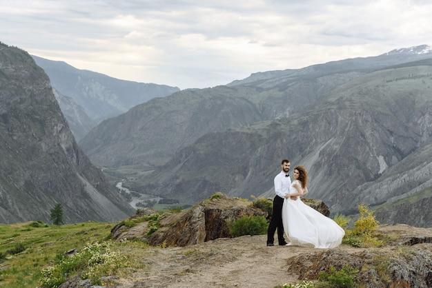 산에서 웨딩 드레스에 신혼 부부 남자 신랑과 여자 신부