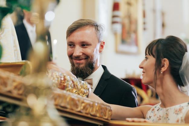 Молодожены дают клятву перед богом в церкви