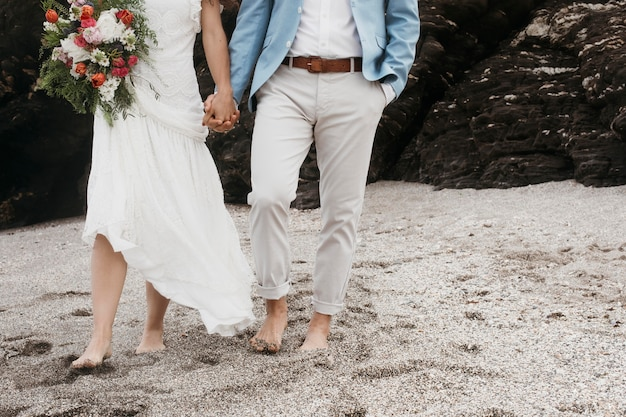 ビーチで結婚式を挙げている新婚夫婦