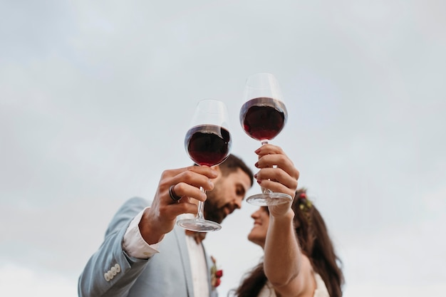 Sposi novelli che festeggiano il loro matrimonio in spiaggia