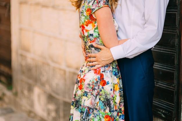 モンテネグロで新婚夫婦が抱き合う
