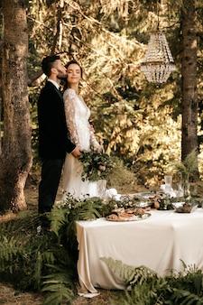 新婚夫婦は森の中で抱擁、森の結婚式、自然の中での休日