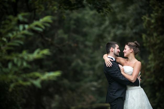 신혼 부부는 백그라운드에서 숲으로 그들의 눈을보고