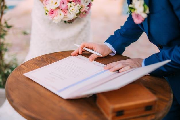新婚夫婦は、結婚を登録する行為に署名を入れる