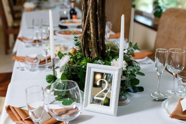Сервировка стола молодоженов в деревенском стиле с природной тематикой в декоре