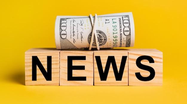 노란색 배경에 돈이 있는 뉴스. 비즈니스, 금융, 신용, 소득, 저축, 투자, 교환, 세금의 개념