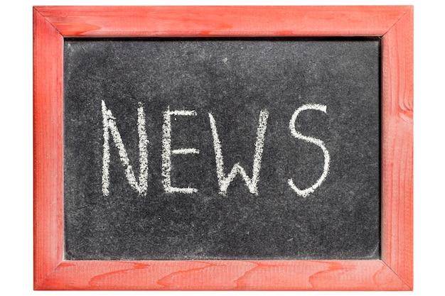 고립 된 빈티지 칠판에 필기하는 뉴스 단어