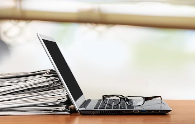 ノートパソコンの新聞。オンラインニュース。孤立
