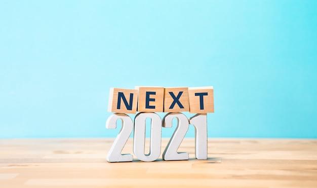 Следующие 2021 или новые концепции тенденций с текстом на деревянном фоне. бизнес-творчество. копирование пространства