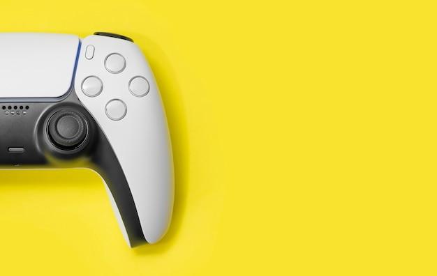 Игровой контроллер нового поколения на желтом фоне