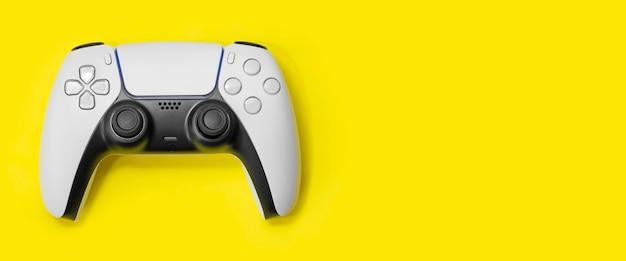 黄色の背景の次世代ゲームコントローラー