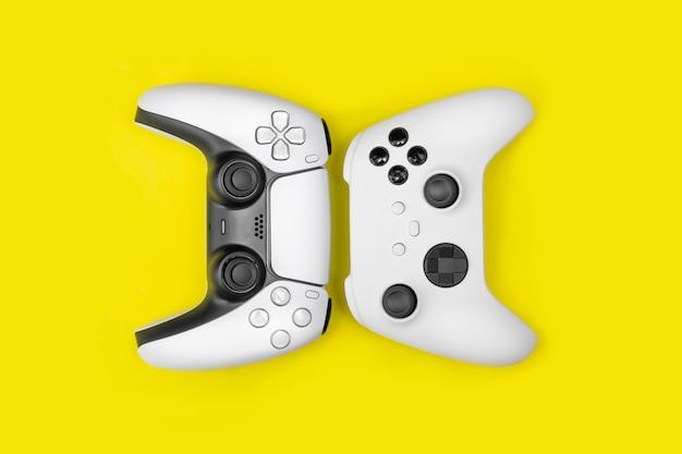 黄色の背景の次世代ゲームコントローラー。