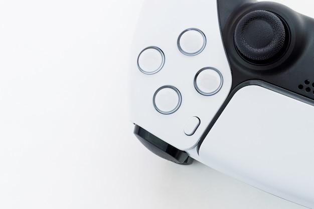 白い背景で隔離の次世代の白いゲームコントローラー。