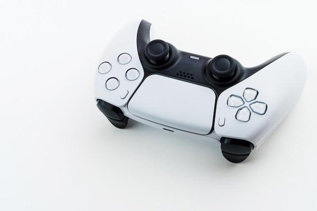 차세대 흰색 게임 컨트롤러 흰색 배경에 고립입니다.