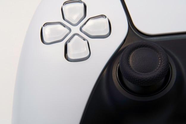 次世代の白いビデオゲームコントローラーは、白い背景で隔離。マクロのクローズアップ。セレクティブフォーカス。
