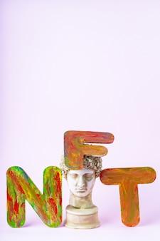 Не взаимозаменяемый токен nft. концепция системы блокчейн. классическая статуя и символ невзаимозаменяемого жетона на розовом фоне. крипто-арт-концепция