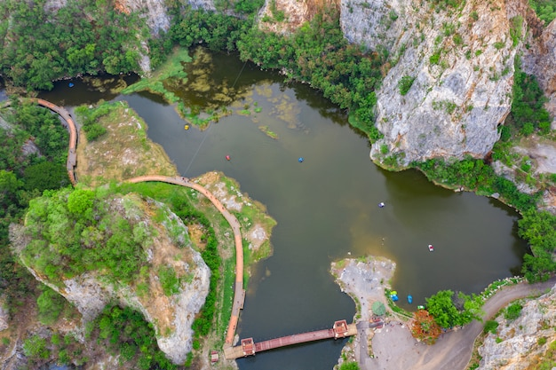 空撮オーバーカオngoo山岩や蛇山岩は高い崖とラチャブリ県タイ