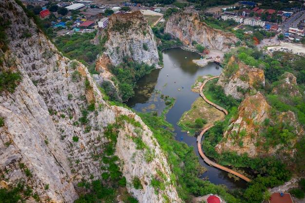空撮オーバーカオngooマウンテンロックやヘビマウンテンロックは高い崖です。