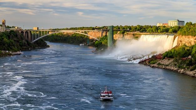 Ниагарский водопад канада сша круизный катер с туристами движется по реке Premium Фотографии