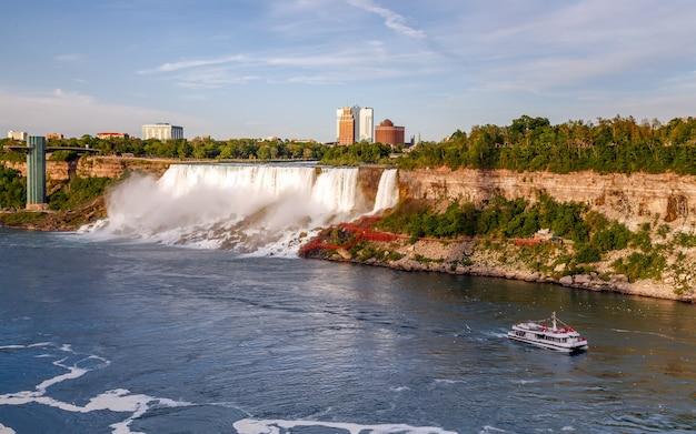 Круизный катер ниагарского водопада с туристами движется по реке