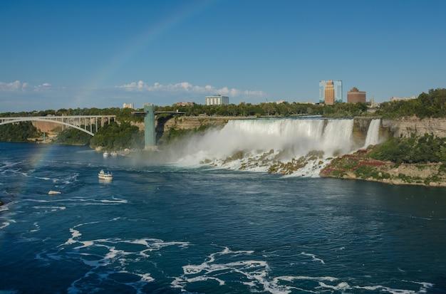 Пейзаж ниагарского водопада и радуга со стороны канады.