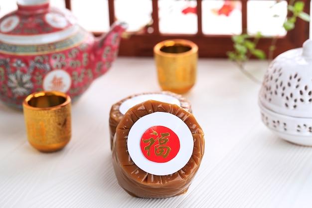 Нянь гао также нянгао - сладкий рисовый пирог, популярный десерт, который едят во время китайского нового года. первоначально он использовался в качестве подношения в ритуальных церемониях. китайский иероглиф означает удачу