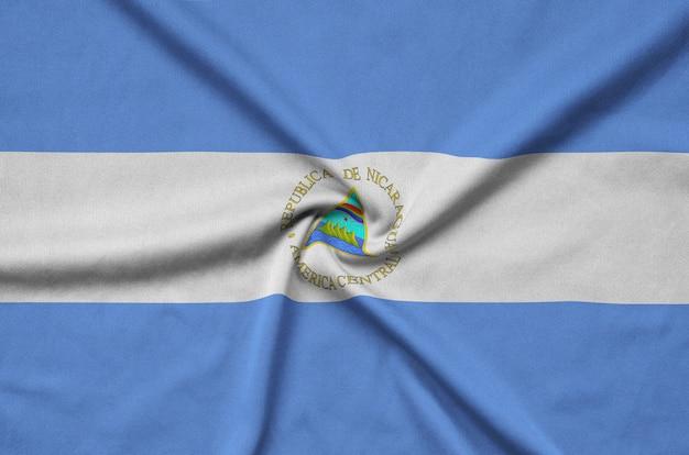 ニカラグアの旗は、多くのひだのあるスポーツ布地に描かれています。