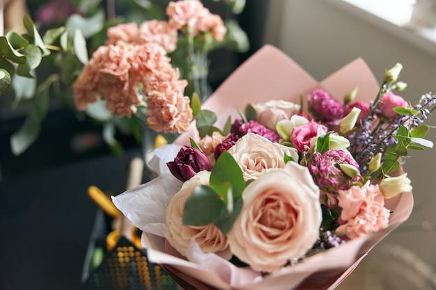フラワーショップのさまざまな花の素敵でカラフルなブーケ。閉じる。