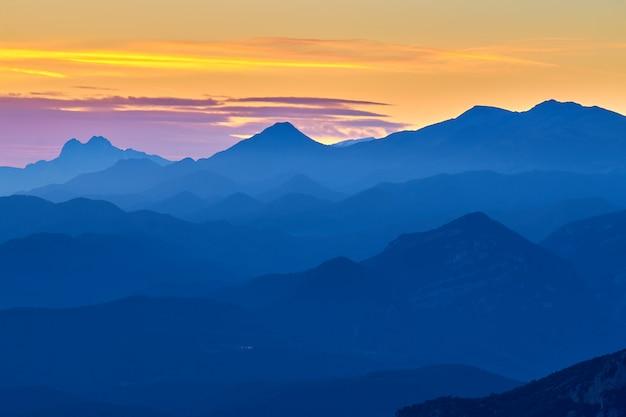 スペインのピレネー山脈からの素敵な秋の山の風景