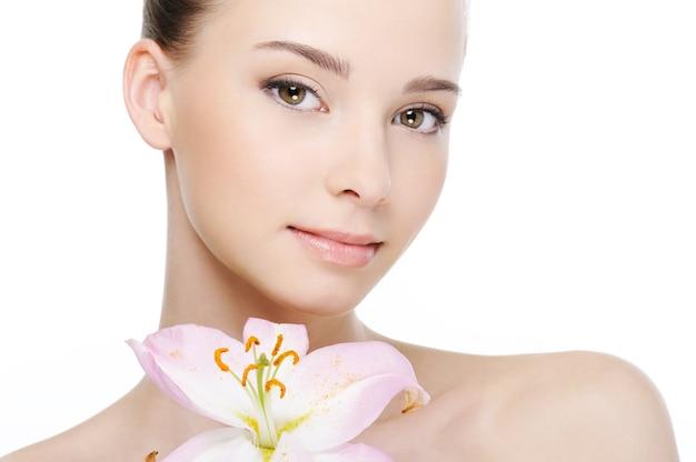 Красивое красивое чистое здоровье женское лицо крупным планом