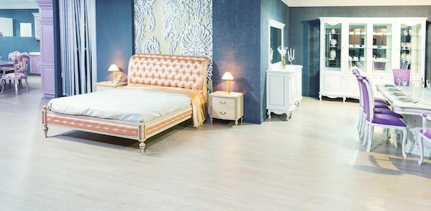 典型的な現代的な設定の素敵なベッド