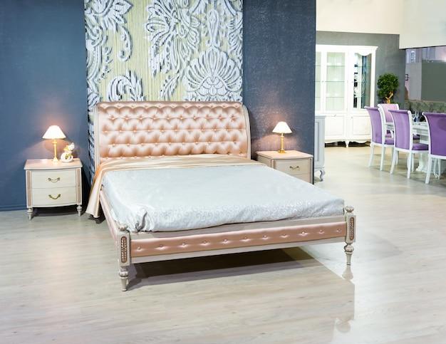 전형적인 현대적인 분위기의 멋진 침대