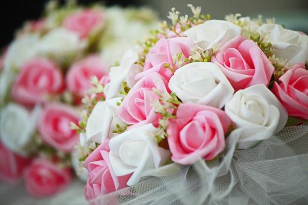 白とピンクの花で素敵な花束