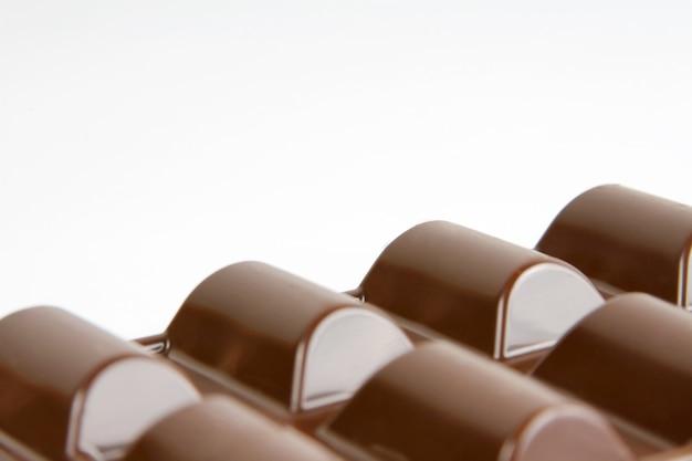 흰색 backgrond 위에 좋은 갈색 밀크 초콜릿