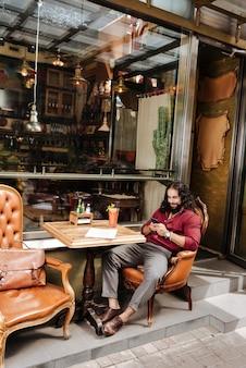 Симпатичный брюнет в кафе во время отдыха на выходных