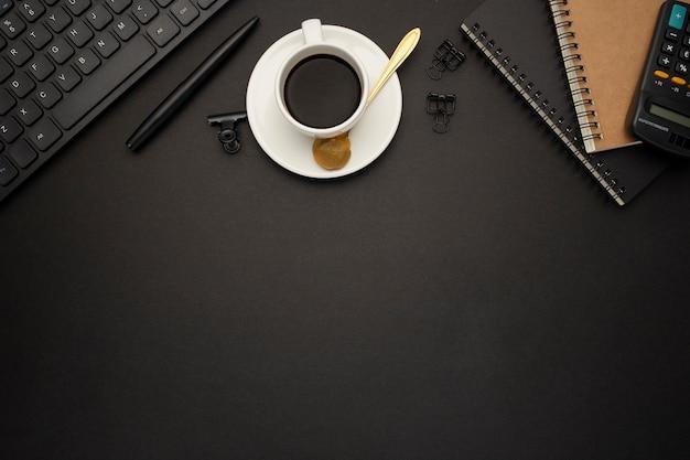 Хороший бизнес-стол на черном фоне