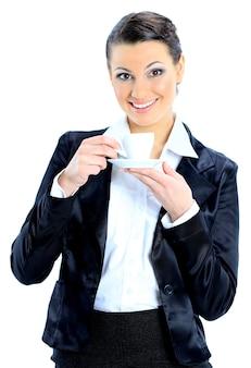 一杯のコーヒーと素敵なビジネスウーマン。白い背景で隔離。