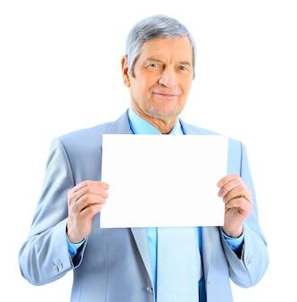 大きな白いポスターを持っていない年齢の素敵なビジネスマン。白い背景で隔離。