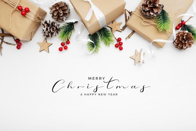 白いテーブルの上の素敵なクリスマスパッケージ