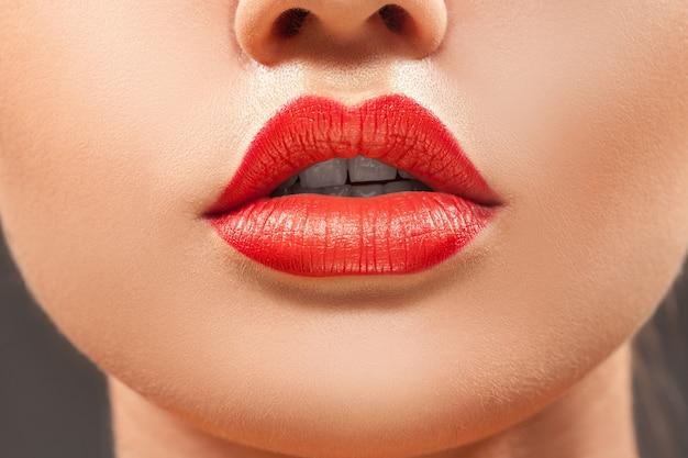 Красивые губы крупным планом женщины с красной помадой в студии