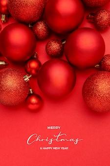 Хорошая композиция из красных новогодних шаров на красном фоне