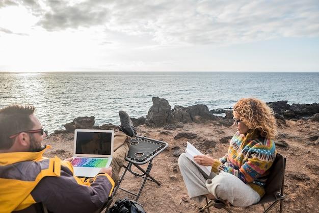 一日の終わりに夕日を楽しむ素敵なカップルは、幸せな人々のための放浪癖でライフスタイルを旅行します