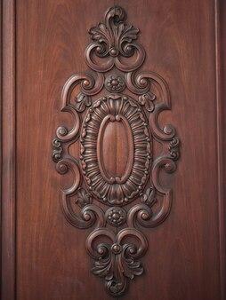 アンティークの型抜きが施された木製のドアの素敵なディテール