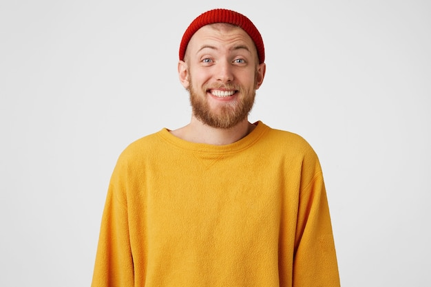 Bel ragazzo barbuto sorpreso imbarazzato che ride