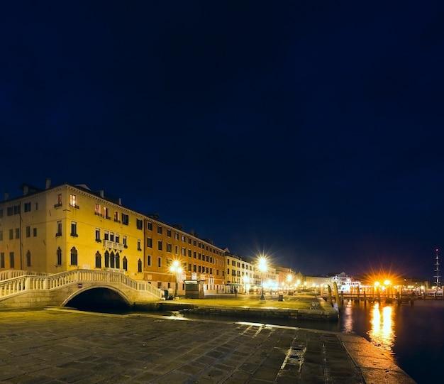 멋진 저녁 산 마르코 광장 제방과 총독의 궁전 전망